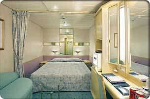Deux lits jumeaux (convertibles en grand lit double), salle de bain privée, coiffeuse, sèche-cheveux, télévision en circuit fermé et téléphone.