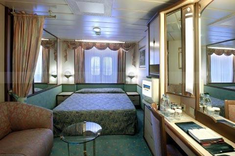 Deux lits jumeaux (convertibles en grand lit double), coiffeuse, sèche-cheveux, télévision en circuit fermé et téléphone.