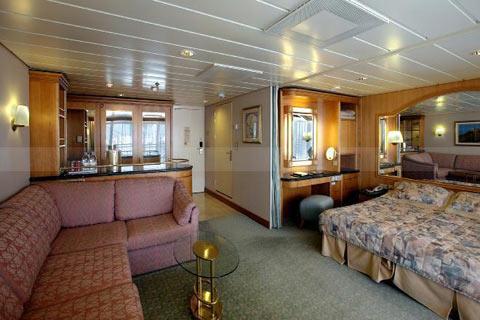 Deux lits jumeaux (convertibles en grand lit double), balcon privé, séjour avec canapé-lit, salle de bain privée, baignoire, coiffeuse, sèche-cheveux, télévision en circuit fermé et téléphone.