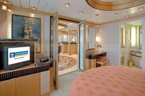 Deux lits jumeaux (convertibles en grand lit), balcon privé, salle de bains privée avec baignoire et coin salon. Autres équipements : minibar, coiffeuse, sèche-cheveux, télévision, téléphone, meuble avec surface de travail extensible pour les ordinateurs portables.