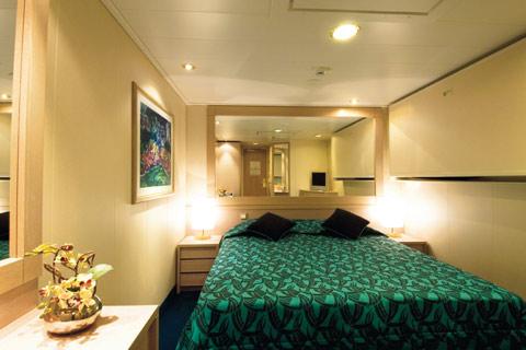 Les cabines disposent de deux lits simples convertibles sur demande en lit double (à l'exception des cabines pour personnes handicapées), air conditionné, salle de bain avec douche, télévision interactive, téléphone, mini bar, coffre-fort.