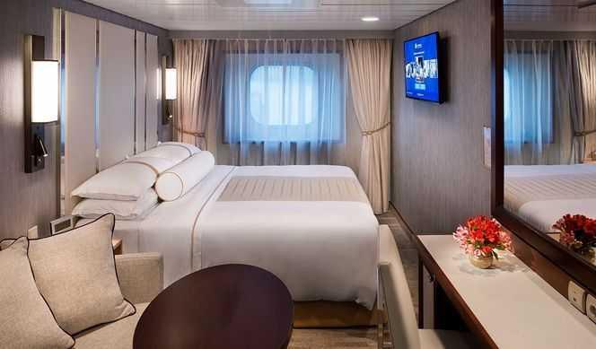 Superficie 16m². Equipées d'un lit double, et de leur salle de bain, toutes les cabines offrent un service de valet de chambre, un service en cabine 24/24h et pleins d'autres avantages.