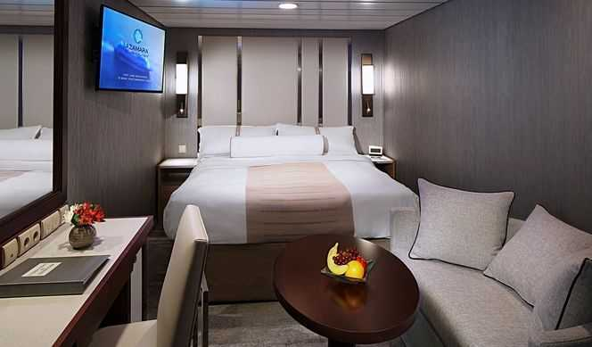 Superficie de 15m². Equipées d'un lit double, et de leur salle de bain, toutes les cabines offrent un service de valet de chambre, un service en cabine 24/24h et pleins d'autres avantages.