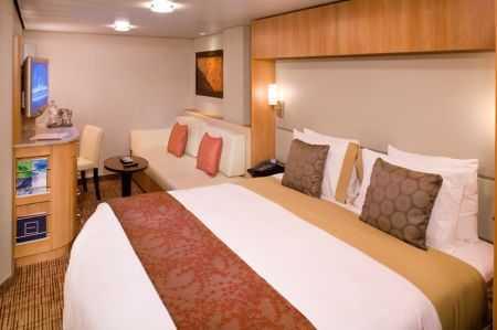 """2 lits séparés convertibles en lit queen size, télévision LCD 32"""", petit salon avec sofa, salle de bains privée."""