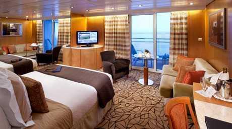 2 lits ou 1 grand lit, espace salon avec salle à manger, salle de bain avec baignoire et jacuzzi, balcon privé.