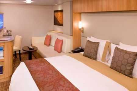 2 lits bas ou 1 grand lit, télévision, mini bar, espace salon, salle de bains privée.