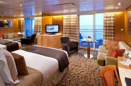 2 lits bas ou 1 grand lit, balcon privé, porte fenêtre, espace salon, salle de bains avec jacuzzi.