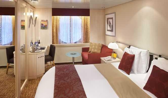 2 lits bas, fenêtre panoramique, salle de bain privée, mini bar, espace salon.