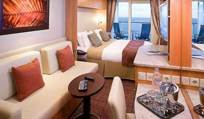 """2 lits séparés convertibles en lit queen size, télévision LCD 32"""", coin salon avec sofa, porte coulissante donnant sur le balcon."""