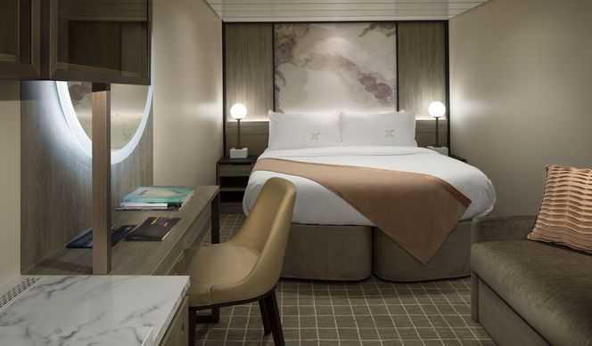 2 lits bas ou 1 grand lit, télévision, mini-bar, espace salon, salle de bains privée.