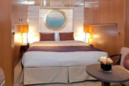 Cabine avec vue sur mer avec fenêtre ou sabord. De 2 à 4 places. TV satellitaire, mini bar, coffre-fort, sèche-cheveux, téléphone, salle de bain avec douche. Climatisation. Environ 18m².