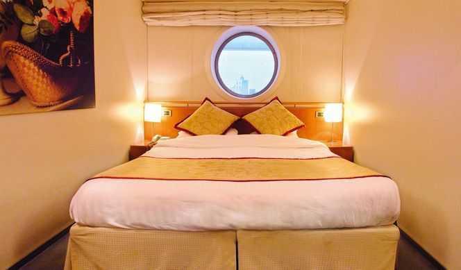 2 lits bas ( la plupart convertibles en 1 grand lit ), salle de bain privée avec douche, téléphone, télévision, coffre fort, mini bar. ( 13 m² )