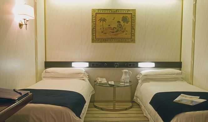 Pour votre confort, toutes les cabines, décorées avec soin, confortables et chaleureuses, sont équipées d'air conditionné (réglable individuellement) d'un écran plat et lecteur DVD, téléphone, mini-bar, peignoirs. Elles disposent de 2 lits et certaines d'un grand lit. Les salles de bain sont équipées de douche, WC, lavabo, sèche cheveux et produits d'accueil.