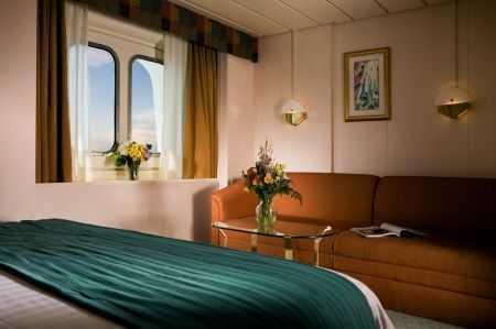 Deux lits jumeaux (convertibles en grand lit double), séjour avec canapé-lit et/ou lits d'appoint en hauteur, coiffeuse, sèche-cheveux, télévision en circuit fermé et téléphone.