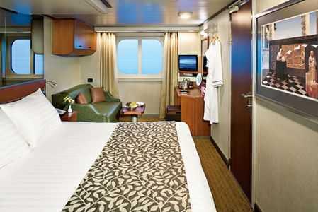 Les cabines sont équipées de deux lits bas convertibles en lit double  Queen size, d'une salle de bain avec douche et baignoire, d'un petit coin salon avec  petit fauteuil ou petit sofa et : linge de lit de toilette prémium,  épaisses et douces  serviettes en coton égyptien, miroirs améliorant la lumière,  sèche-cheveux, placards  aménagés, produits de bains, Télévision à écran plat avec lecteur DVD, nombreux  espaces de rangements.  Service en cabine 24h/24 gratuit.