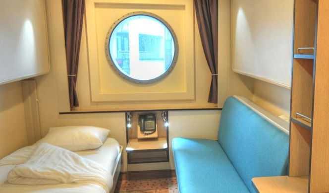 Lits superposés ou 2 lits bas séparés, TV, réfrigérateur, coffre-fort, salle de bains avec douche.