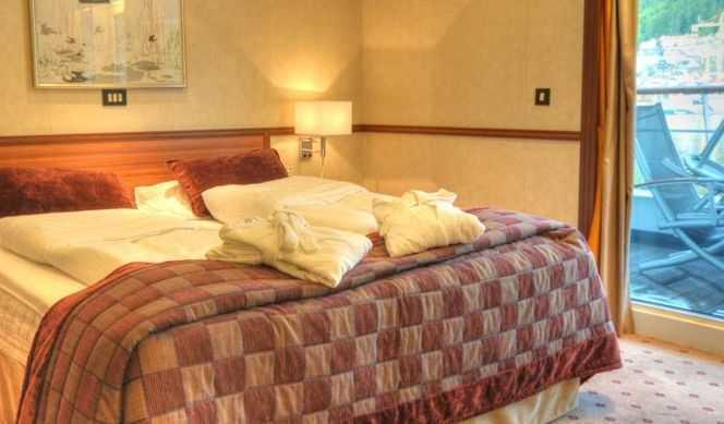 Chambre avec 1 lit double, coin salon, coffre-fort, TV, minibar (certaines suites disposent d'un balcon privé), salle de bains privée.