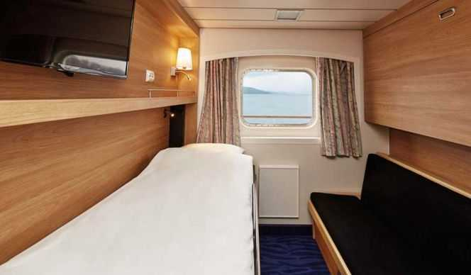 Elles disposent de lits séparés dont l'un peut se transformer en sofa. Certaines disposent d'un lit double.  Les cabines disposent de hublots, certaines avec une vue limitée ou inexistante.