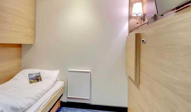 Elles disposent de lits séparés dont l'un peut se transformer en sofa ou de lits superposés. Certaines disposent d'un lit double. Le numéro et la catégorie de cabine seront communiqués lors de l'embarquement.