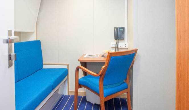 Il s'agit essentiellement des cabines de catégorie I mais aussi  de la catégorie D (à bord du MS Lofoten uniquement avec lits superposés  et douche/wc à partager). Les cabines situées sur les ponts 5 et 6  peuvent avoir la vue obstruée par la circulation des passagers sur le  pont promenade.
