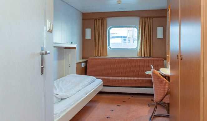 Cabine extérieure. env. 7 – 13 m2. Vue limitée ou sans vue, 2 lits (cabine double) ou 2 lits superposés et 1 lit bas (cabine triple).