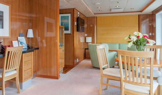 Mini Suite extérieure: 1 grand lit double, coin salon, TV,stéréo, accès internet, minibar. Suite extérieure: idem + balcon privé. Grande Suite extérieure: idem + balcon privé ou bow window.