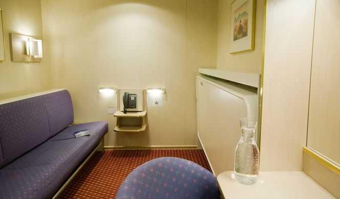Toutes les cabines comportent une salle de bain avec douche/WC. Elles comportent également des lits séparés (dont l'un se transforme en sofa). D'autres sont équipées d'un lit double ou de lits superposés. Aucune des cabines ne dispose de fenêtres.