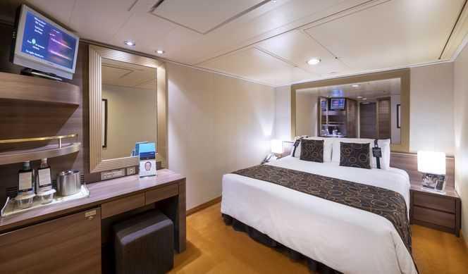 Les cabines sont équipées d'un grand lit convertible en deux lits séparés (sur demande et à l'exception des cabines pour personnes handicapées), salle de bain avec douche, climatisation, TV, radio (accessibledepuis le téléviseur), téléphone, une connexion Internet pour ordinateurs portables (avec supplément), mini bar, coffre-fort. Dimensions: 14 m²