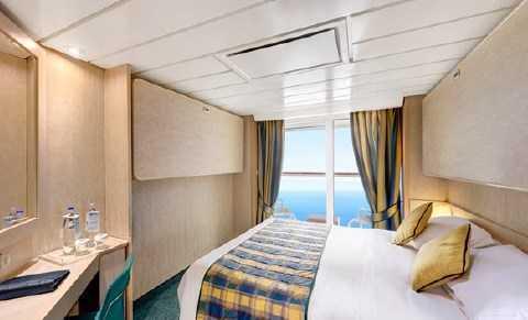 Les cabines avec balcon disposent d'un lit double convertible en deux lits simples sur demande, air conditionné, salle de bain avec douche, Wifi (en supplément), télévision, téléphone, mini bar, coffre-fort. Disponible seulement en Bella, Fantastica et Aurea.