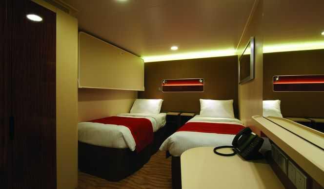 Deux lits bas convertibles en lit double, literie confortable et couette moelleuse, salle de bains avec douche ou baignoire et sèche-cheveux, télévision, téléphone, réfrigérateur, coffre-fort.