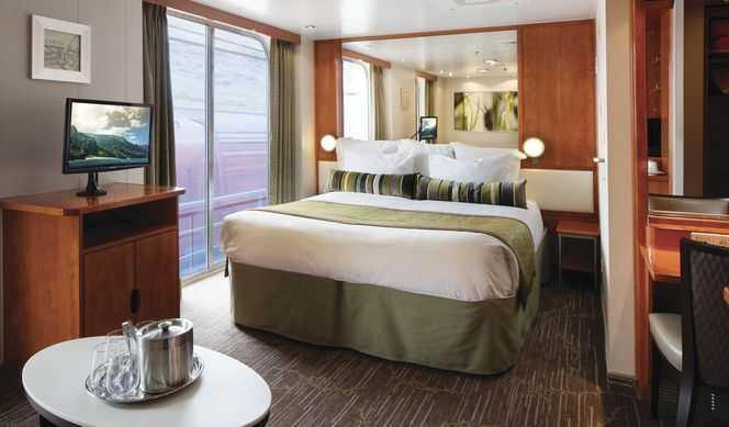 Balcon privé, coin salon, salle à manger, grand lit, télévision, mini-bar, coffre-fort, salle de bain privée avec douche et baignoire.