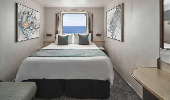 2 lits bas pouvant se convertir en 1 lit double, télévision, réfrigérateur, coin lecture, avec soit un hublot soit une large fenêtre, climatisation, sèche-cheveux, possibilité d'avoir un balcon privé. ( 13-14m², balcon 2-3 m² )