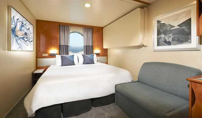 2 lits bas ou un grand lit, un hublot ou fenêtre panoramique, salle de bain privée avec douche ou baignoire, coin lecture, et frigo disponible.