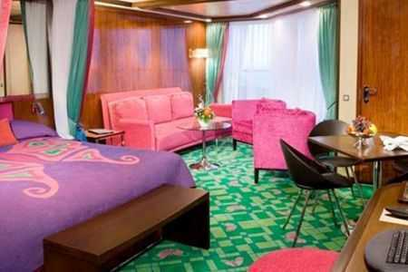 Superficie: 26 à 395 m², grand lit, salon, salle à manger, balcon privé, salle de bains avec douche et baignoire, téléphone, TV, climatisation, salle de bain avec douche, sèche-cheveux.