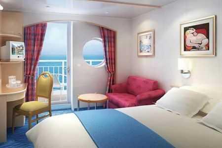 2 lits bas convertibles, coin salon, balcon privé, salle de bains avec douche, téléphone, TV, climatisation, sèche-cheveux.