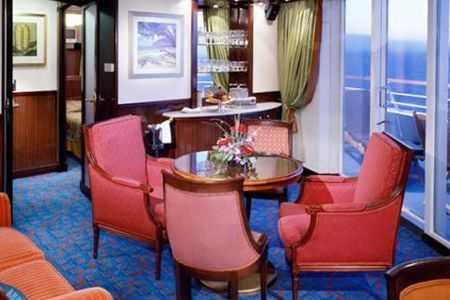 Deux lits bas convertibles en grand lit, balcon privé, coin salon, télévision, réfrigérateur,  salle de bain privée avec baignoire ou douche. Service de chambre