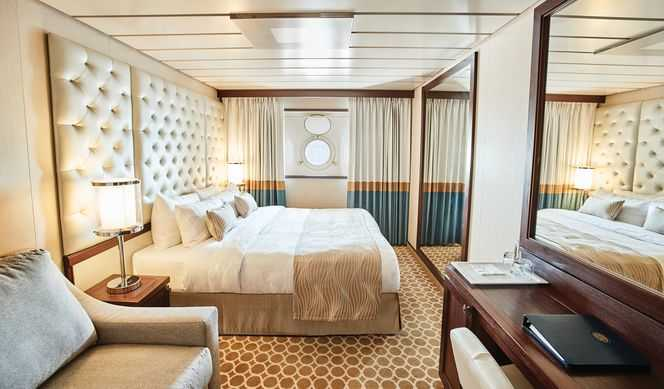 Hublot ou sabord en fonction des navires et des catégories) : équipée de deux lits bas convertibles en un lit double, d'une salle de bain avec douche. Compter entre 19m² et 23 m² suivant les navires.