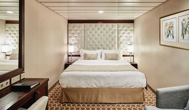 (Sans vue mer) : équipée de deux lits bas convertibles en un lit double, salle de bain avec douche. Compter environ 14m²