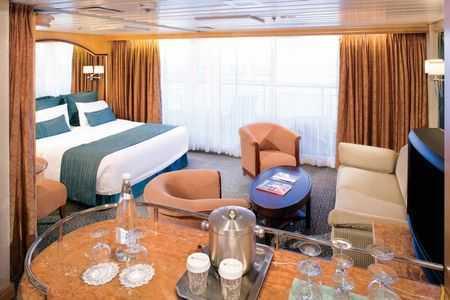 Deux lits jumeaux (convertibles en grand lit double), balcon privé, séjour avec canapé-lit, minibar, salle de bain privée, baignoire, coiffeuse, sèche-cheveux, télévision en circuit fermé et téléphone.