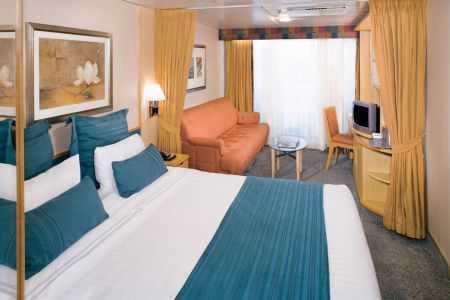 Deux lits jumeaux (convertibles en grand lit double), coiffeuse, sèche-cheveux, télévision en circuit fermé, séjour avec canapé-lit et téléphone.