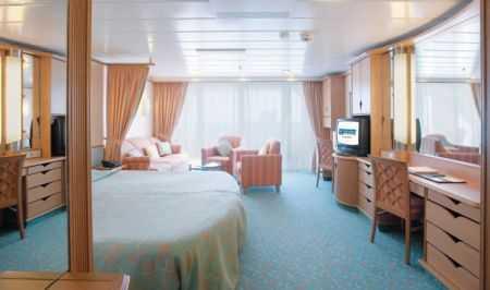 Deux lits jumeaux (convertibles en grand lit double), balcon privé, séjour indépendant (avec possibilité de grand lit double), minibar, salle de bain privée, baignoire, coiffeuse, sèche-cheveux, télévision en circuit fermé, téléphone.