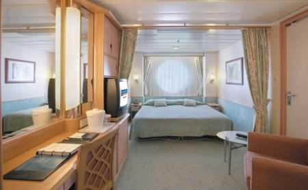 Deux lits jumeaux (convertibles en grand lit double), salle de bain privée, coiffeuse, sèche-cheveux, minibar, télévision en circuit fermé et téléphone.