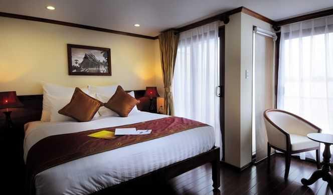 Les Junior Suites et les Terrasse Suites sont équipées d'une salle de  bain avec douche séparée et baignoire, et d'un balcon plus grand. Toutes  les cabines, avec climatisation individuelle, sont équipées de lits  jumeaux pouvant être rapprochés, d'un coin salon avec deux fauteuils,  d'une armoire, d'un bureau, d'un coffre-fort et d'un sèche-cheveux.