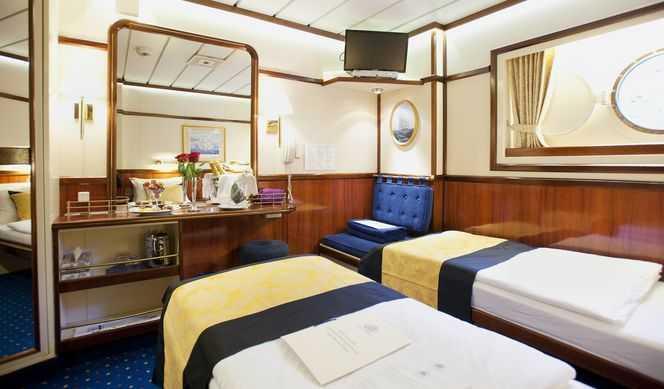 Les cabines extérieures sont situées sur le pont Commodore et sur le pont Clipper. Ellesproposent soit un grand lit, deux lits jumeaux ou un triple couchage.