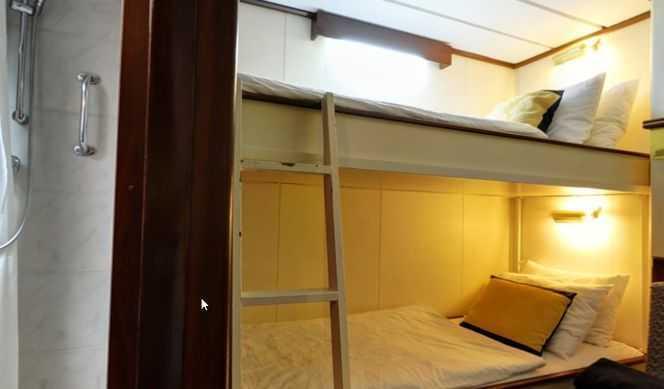Les 4 cabinesse situentsur le pont Commodore etoffrent un couchage superposé et une salle de bain avec douche, air conditionné, coffre fort. (Superficie environ 8m²)