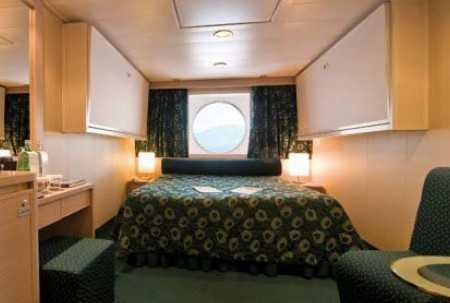 Les cabines disposent de deux lits simples (convertibles sur demande en lit double), air conditionné, salle de bain avec douche, télévision interactive, téléphone, mini bar, coffre-fort.