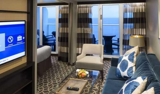 Deux lits jumeaux (convertibles en grand lit double), séjour (avec possibilité de grand lit double), balcon privé, minibar, salle de bain privée, coiffeuse, sèche-cheveux, télévision en circuit fermé et téléphone.