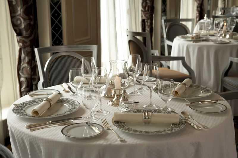 Restaurant principal,  Buffet,  6 Restaurants de spécialités (parfois avec suppléments),  Œnothèque,  7 Bars,  Cafétéria,  Glacier,  Brasserie...