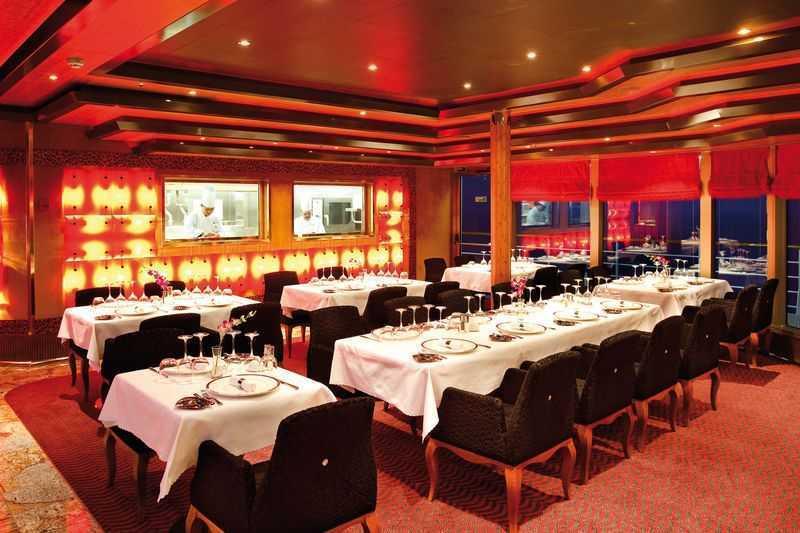 Buffet, 11 Bars, Bar à cigares, 4 Restaurants de spécialités. Le Costa Deliziosa est un navire qui compte plusieurs restaurants, à savoir restaurant Albatros se trouvant à l'arrière sur les ponts 2 et 3. Constituant la salle à manger principale de ce bateau de croisière, cet espace propose aux passagers une cuisine particulièrement goûteuse aux forts accents de gastronomie méditerranéenne. On a également le restaurant buffet Muscadins avec ses murs parfaitement décorés de mosaïques qui propose des petit-déjeuners et déjeuners composés de mets issus d'une cuisine international. Quant au restaurant à la carte, Club Deliziosa, il permet aux passagers de ravir leurs papilles avec des spécialités gastronomiques savoureuses dans une ambiance chaleureuse.