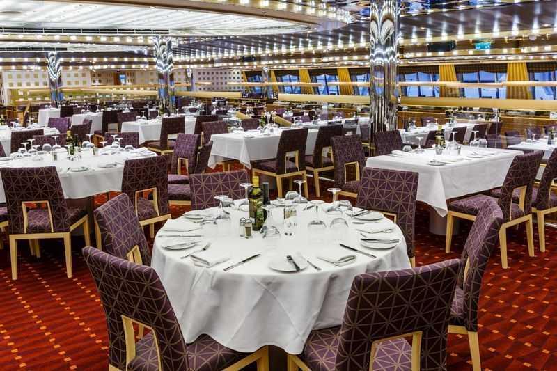 Vous trouverez à bord tout type de restauration qui seront compris dans votre forfait croisière. Le Costa Diadema a choisi la flexibilité pour multiplier les services de repas. Vous pourrez choisir de dîner à 19 h ou plus tard vers 21 h au restaurant. Vous pourrez également choisir de vous restaurer à tout heure au buffet. Les clients des cabines Premium auront le privilège de dîner dans un endroit qui leur est dédié au restaurant Corona Blue en bénéficiant de la possibilité de varier leurs horaires jusqu'à 22h 30. En dehors des repas, vous trouverez une brasserie, un glacier, un bar et évidemment la grande terrasse pour combler vos petits creux, accentués par l'air du grand large. Pour un dîner exotique, un restaurant japonais vous ouvrira ses portes pour vous faire découvrir certaines spécialités.
